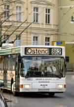 O-Bus/42045/gelenk-obus-nach-ostend-kommt-um-die gelenk-Obus nach Ostend kommt um die Kurce Richtung Markt, Eberswalde November 2009