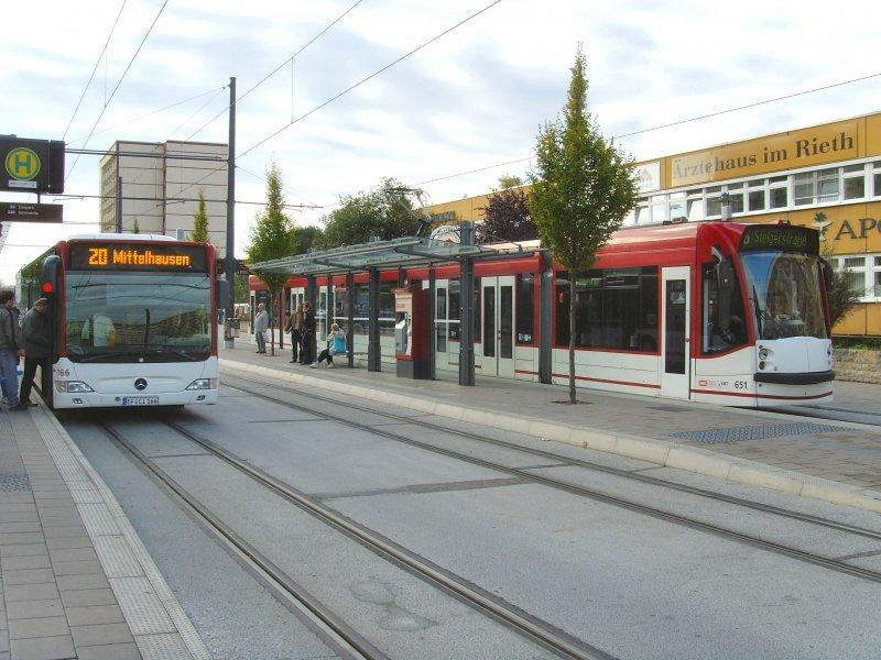 umsteigen zwischen strassenbahn und bus an der umgebauten haltestelle rieth erfurt oktober 2009. Black Bedroom Furniture Sets. Home Design Ideas